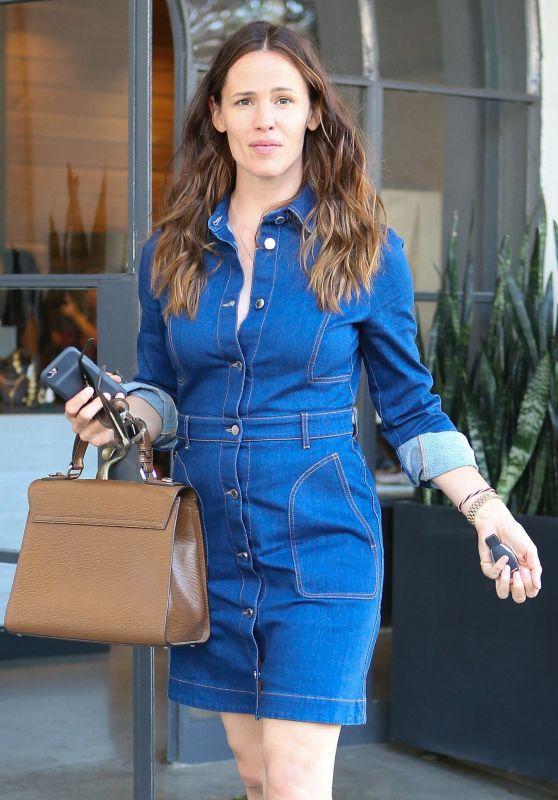 Jennifer Garner at a Hairdressers in Los Angeles 7/22/2016