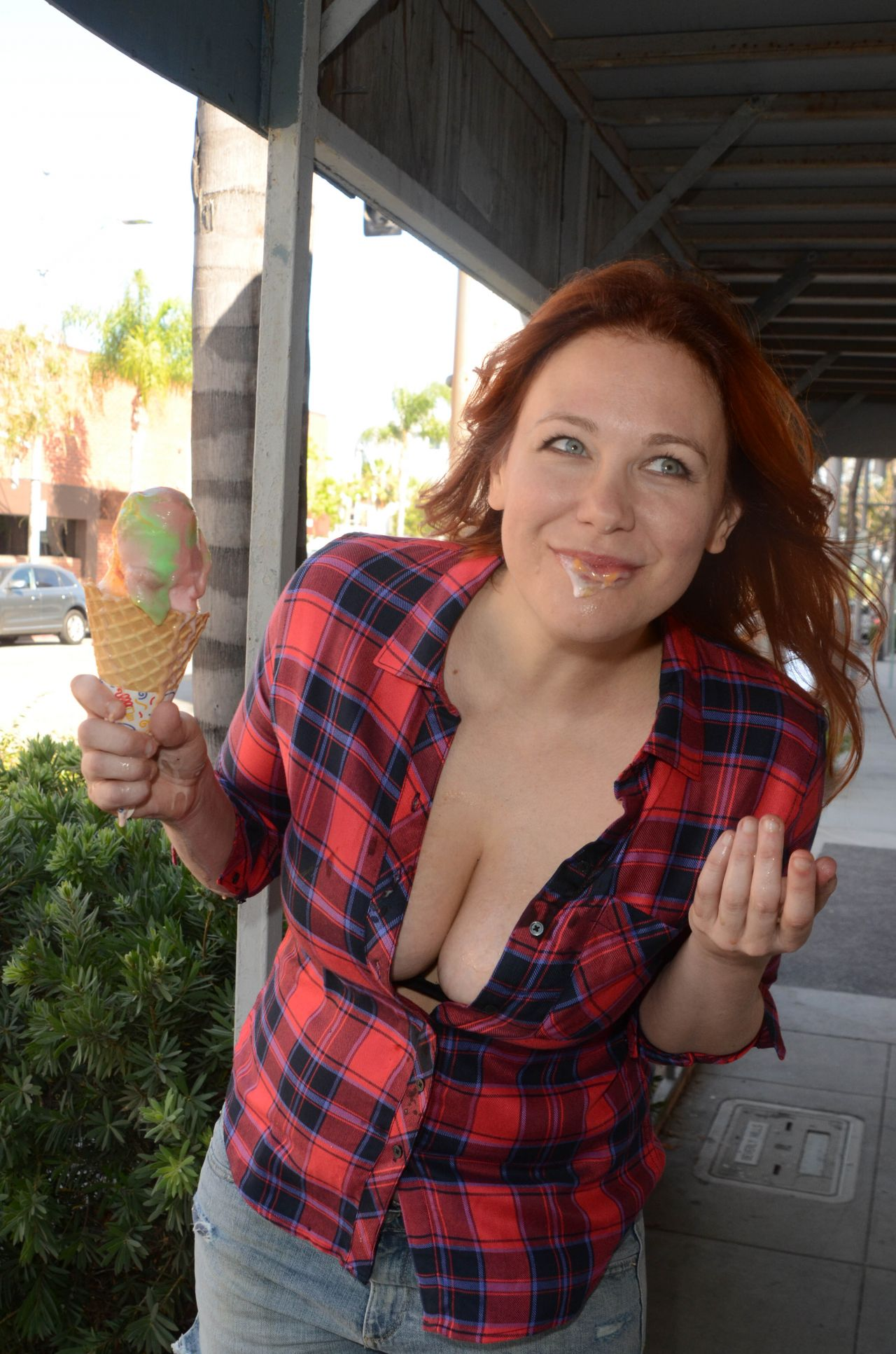Maitland Ward Eating Ice Cream Los Angeles July 2016