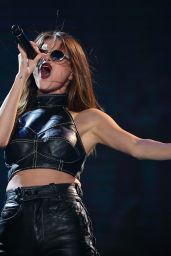 Selena Gomez - Performing at Her