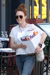 Julianne Moore - Picking up a FedEx Package in Manhattan