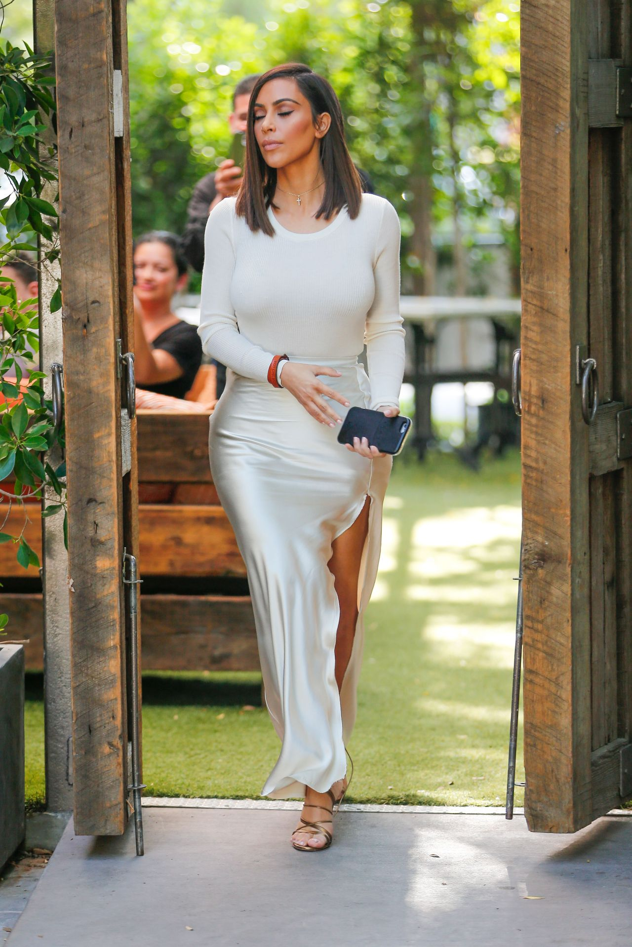 Kim Kardashian Classy Fashion At The Villa Restaurant In
