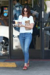 Lana Del Rey at Western Bagel in Los Angeles 8/20/2016