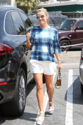 Reese Witherspoon at Brentwood Country Mart 8/5/2016