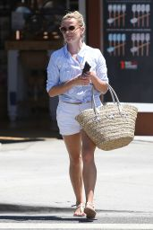 Reese Witherspoon Summer Street Style - Going to a Nail Salon in Brentwood 8/16/2016
