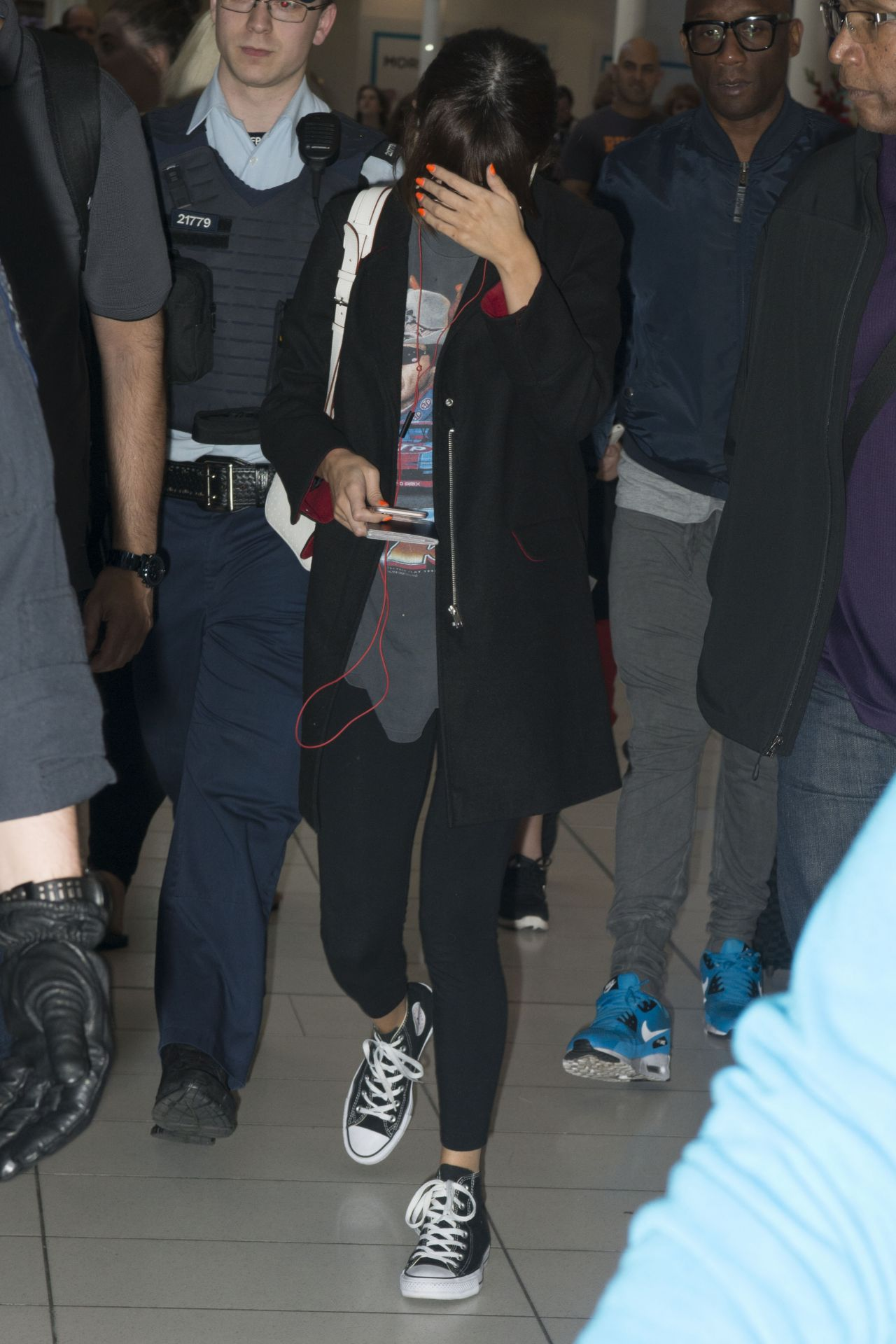 Selena Gomez Escorted By Police As She Leaves Sydney Airport 8102016