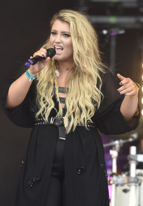 Ella Henderson Performs at Fusion Festival on Otterspool Promenade in Liverpool 9/4/2016
