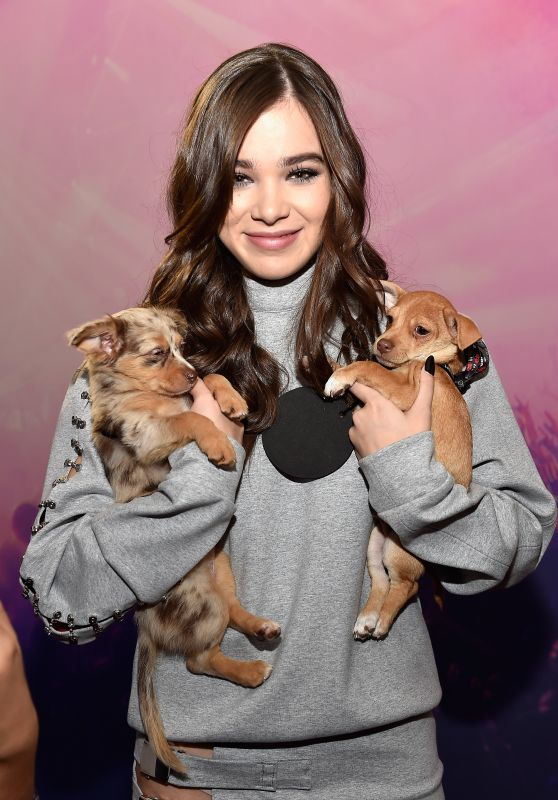 Hailee Steinfeld - iHeartRadio Music Festival Daytime Village in Las Vegas - September 24, 2016