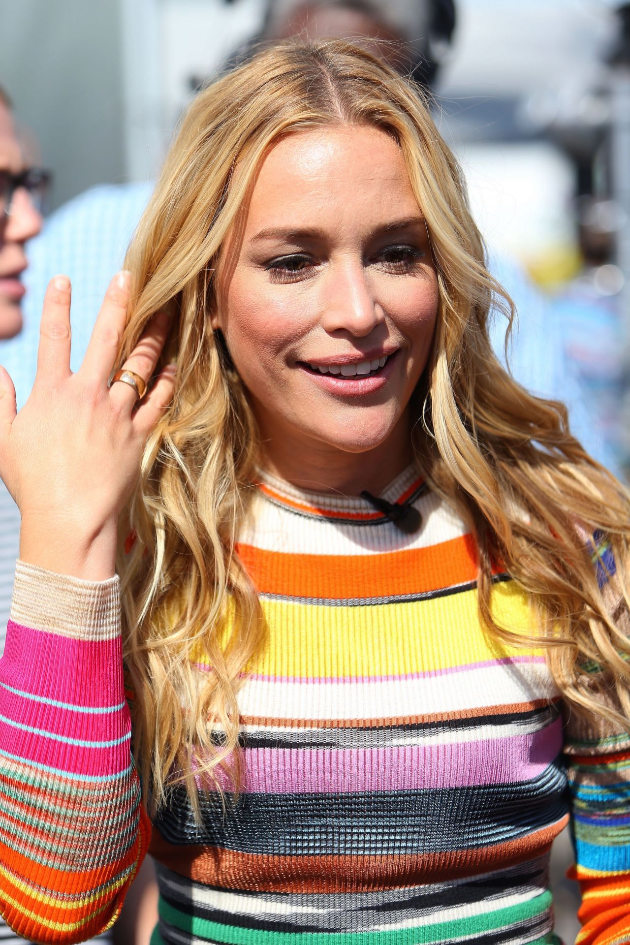 piper perabo films a live episode of extra tv in los