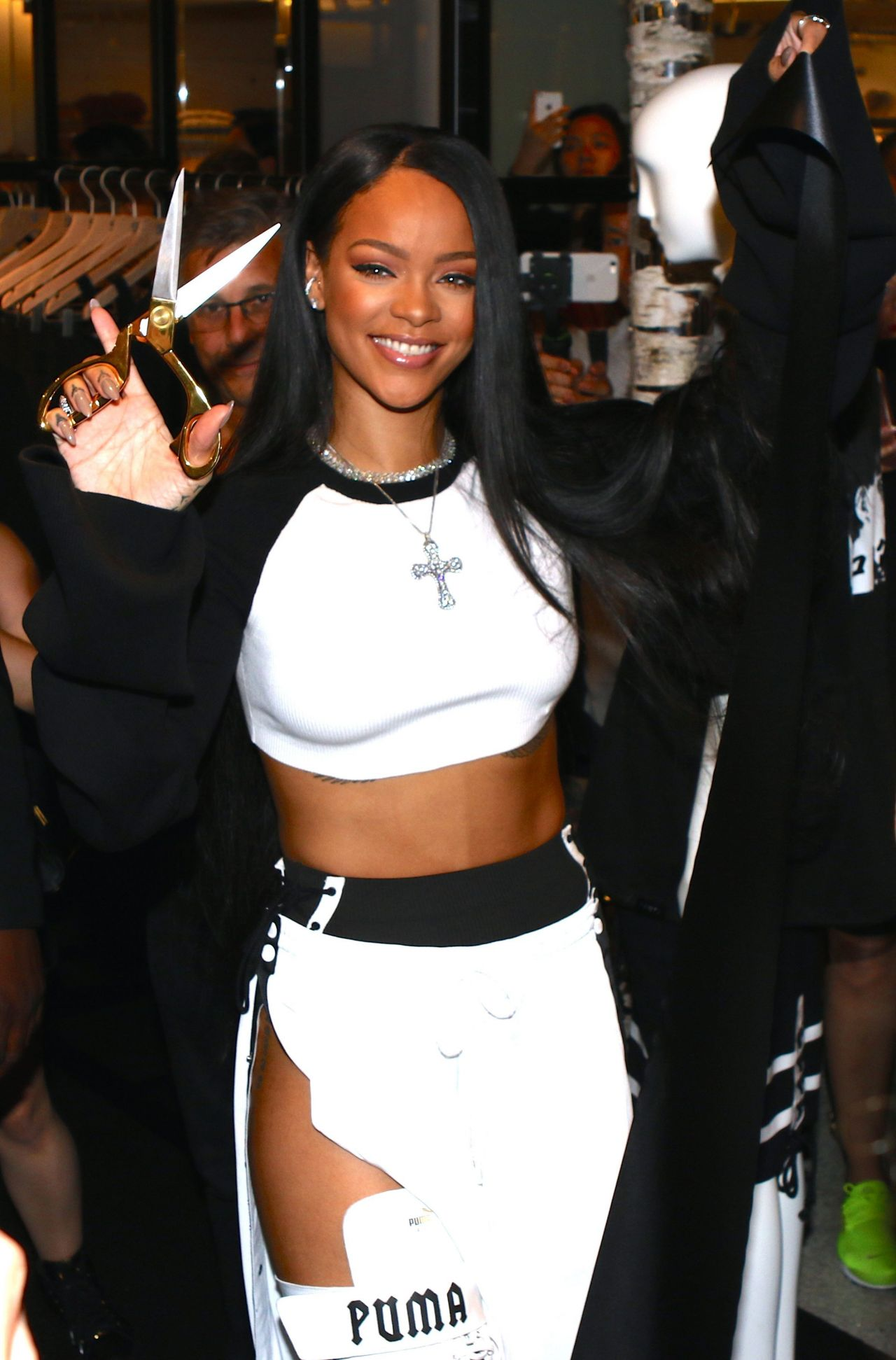 rihanna arrives for fenty puma x rihanna debut in nyc 9 6 2016. Black Bedroom Furniture Sets. Home Design Ideas