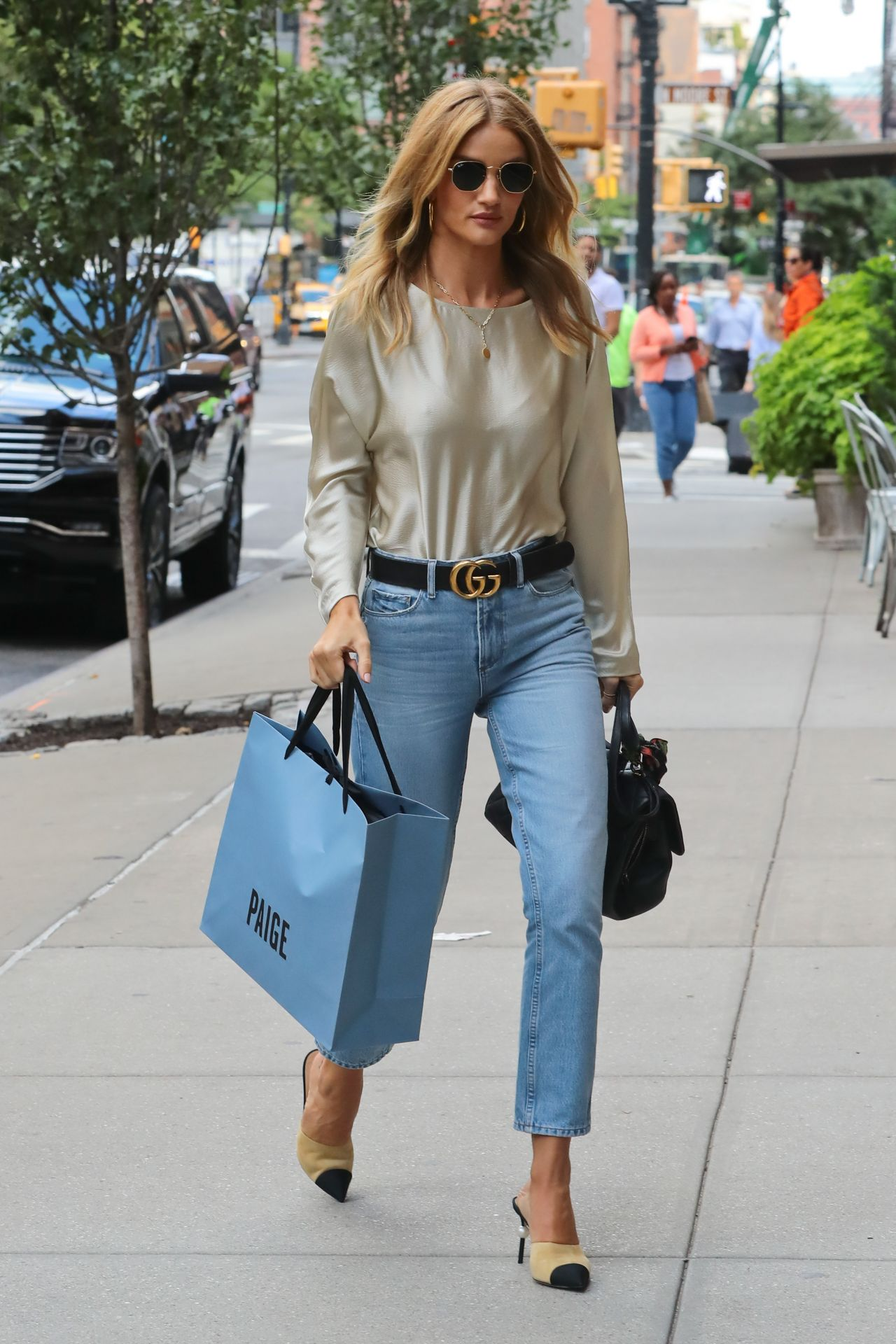 rosie huntington whiteley casual style shopping in soho. Black Bedroom Furniture Sets. Home Design Ideas