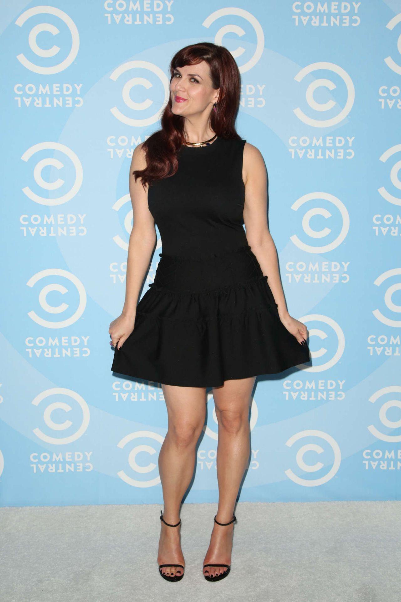 Sara Rue – Comedy Ce... Emma Roberts Legs