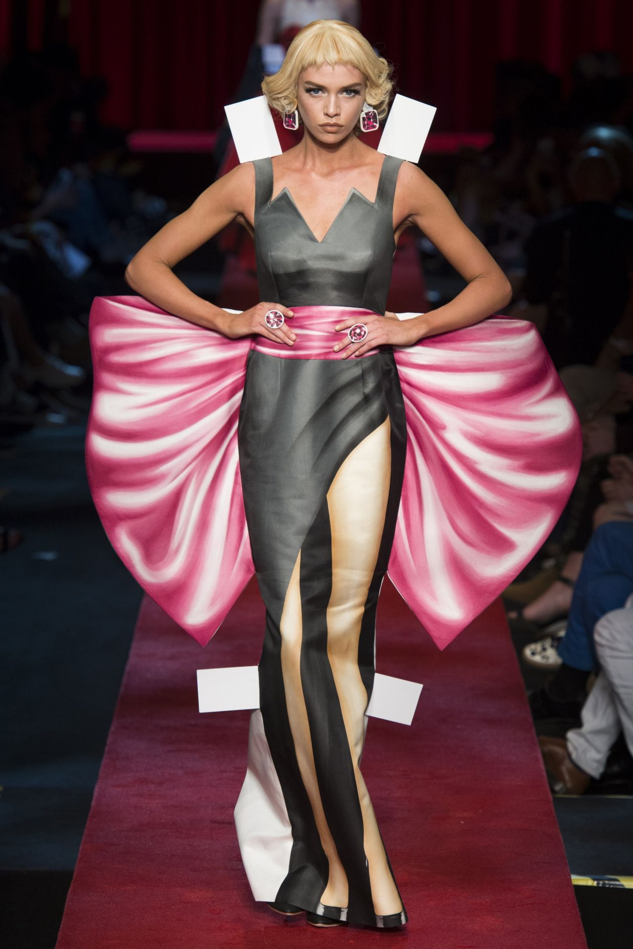 Stella maxwell moschino show at milan fashion week for Milan show 2016