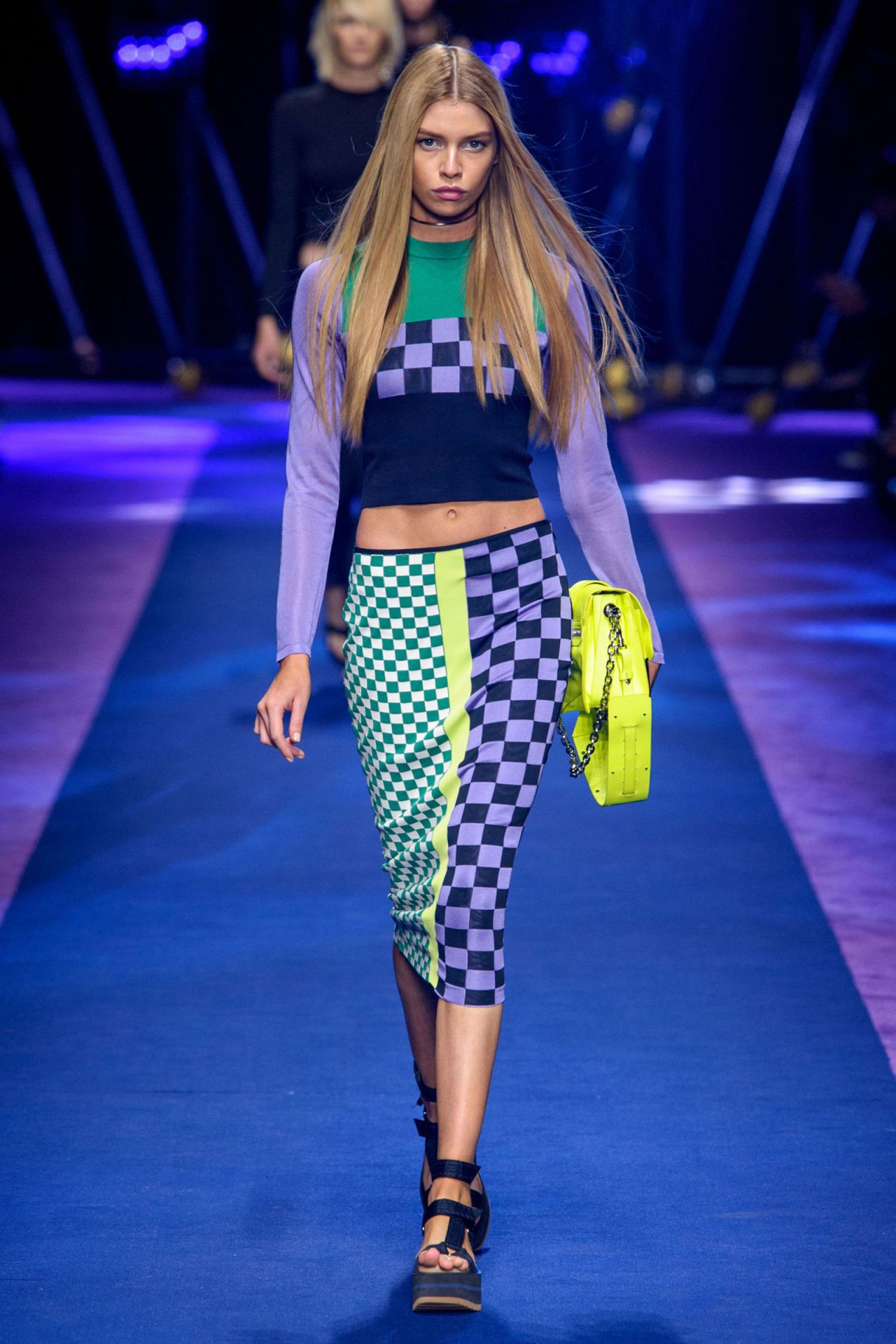 Stella maxwell versace s s 2017 show in milan september for Milan show 2016