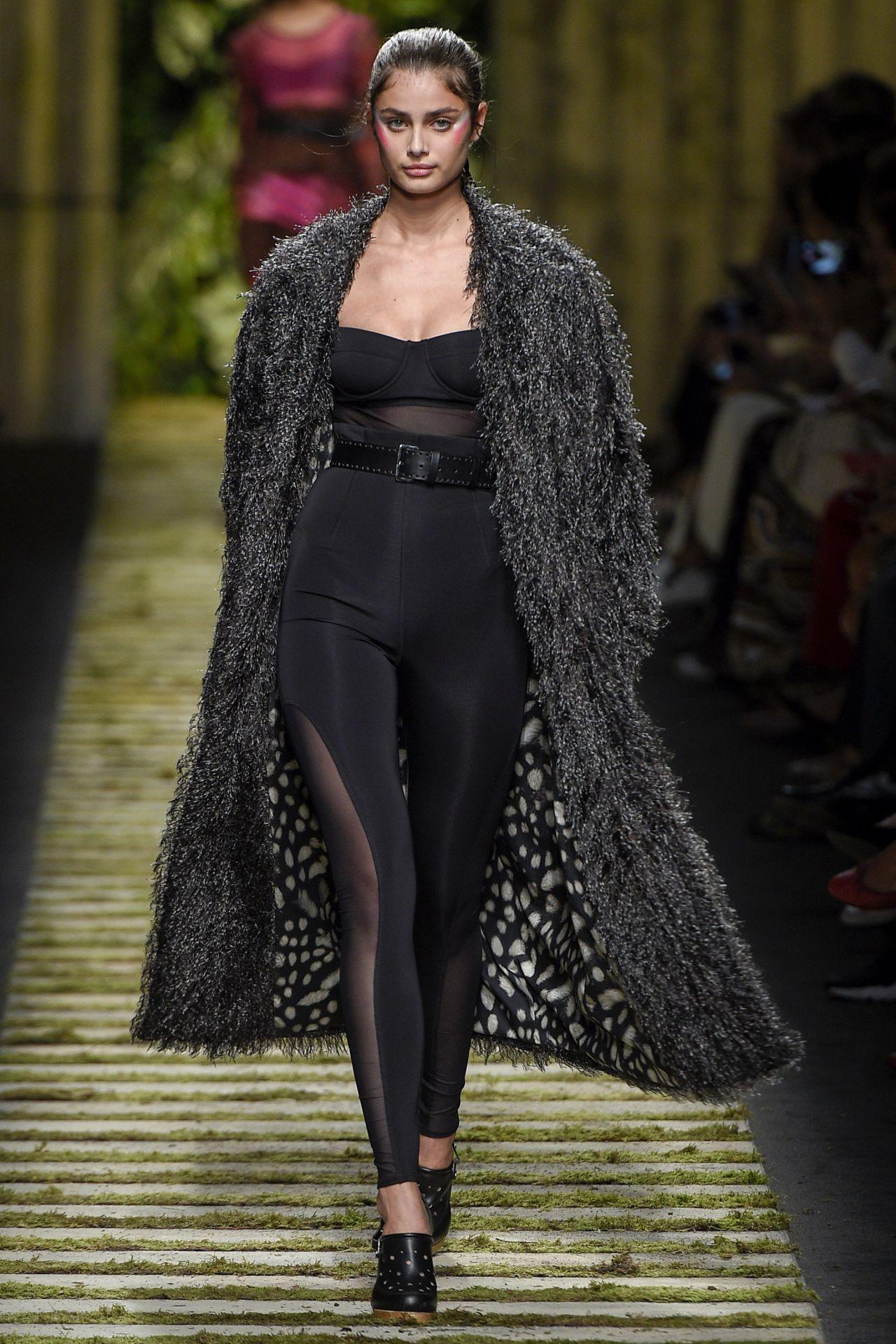 Taylor hill maxmara show at milan fashion week for Milan show 2016