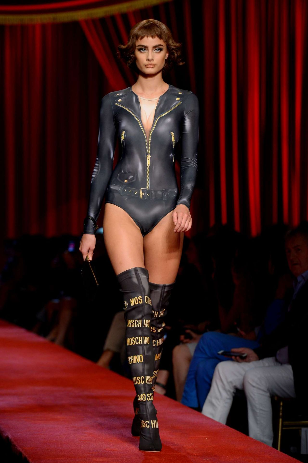 Taylor hill moschino s s 2017 show in milan september 2016 for Milan show 2016