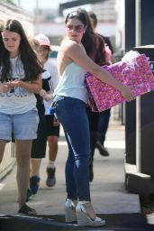 Ariel Winter - Handling a Large Package in Los Angeles 10/1/2016