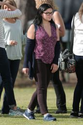 Ariel Winter, Sarah Hyland, Sofia Vergara & Julie Bowen - Filming a Football Scene for