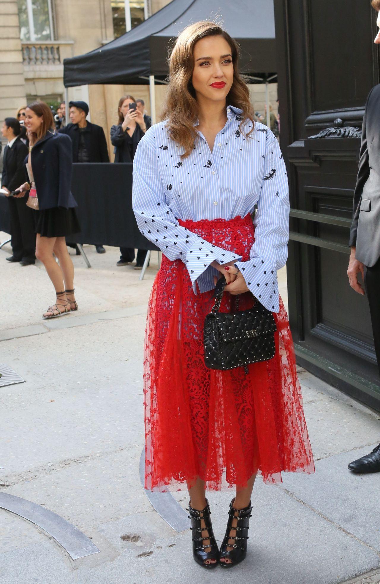 Jessica Alba Arrives At The Valentino Show Paris Fashion Week 10 2 2016