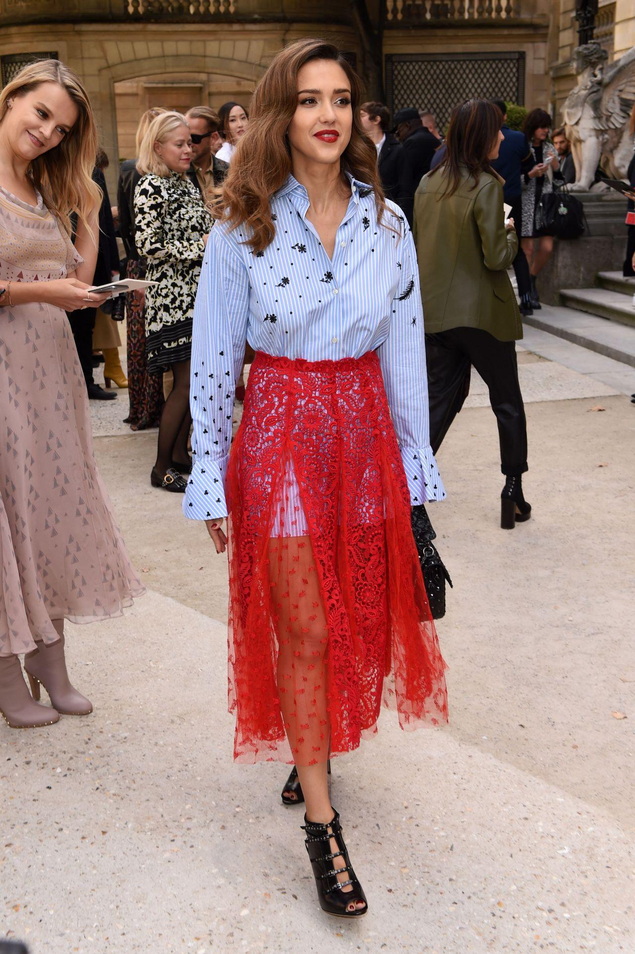 Celebrities Trands Jessica Alba Arrives At The Valentino Show Paris Fashion Week 10 2 2016