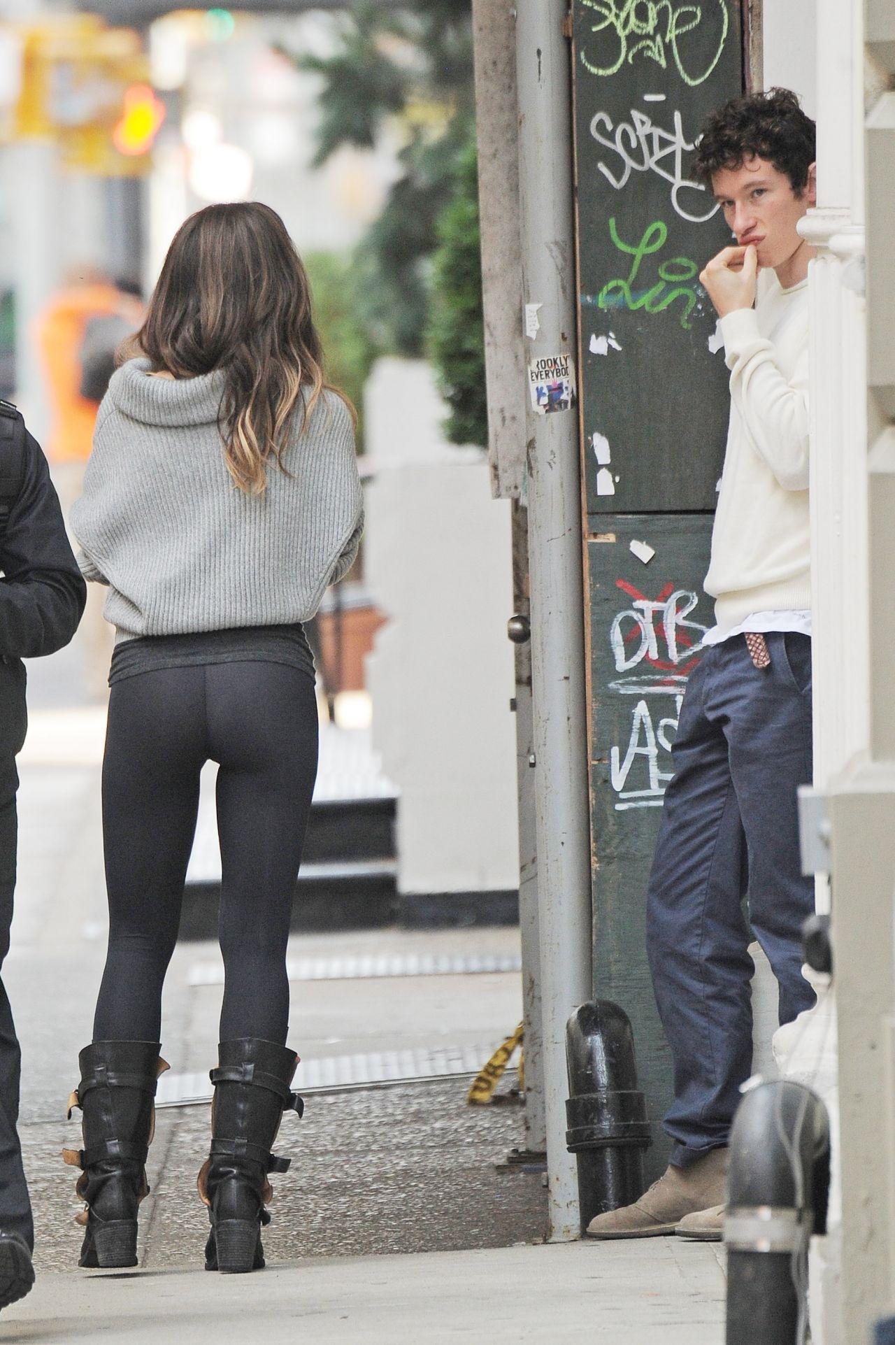 Kate Beckinsale Wearing Leggings Rehearsing On Set In
