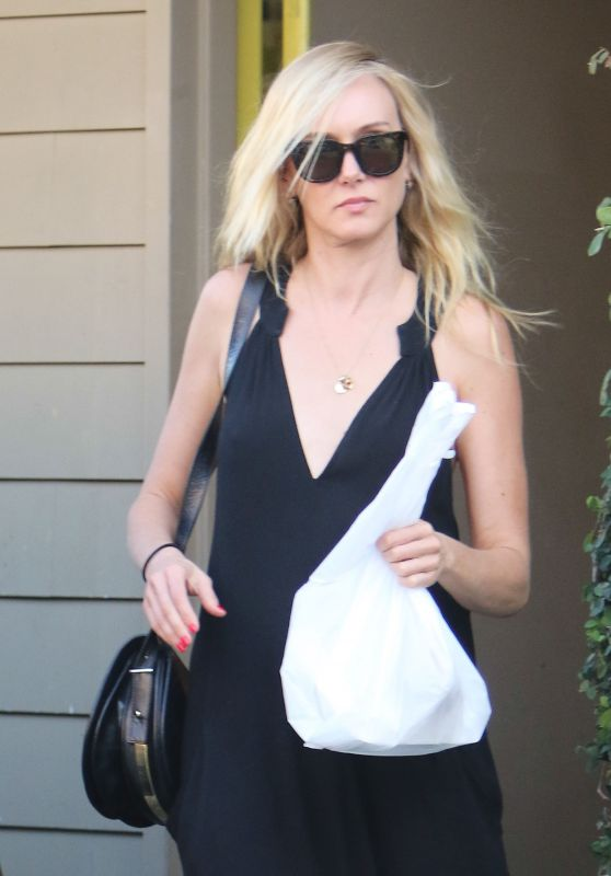 Kimberly Stewart at a Nail Saloon in Studio City 10/2/2016