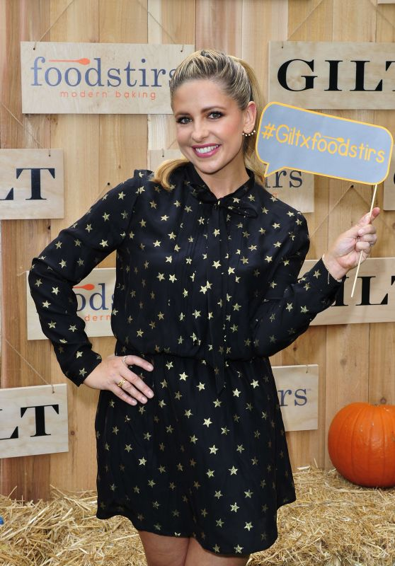 Sarah Michelle Gellar - Gilt & Foodstirs Celebrate Exclusive Cupcake Kit in Los Angeles