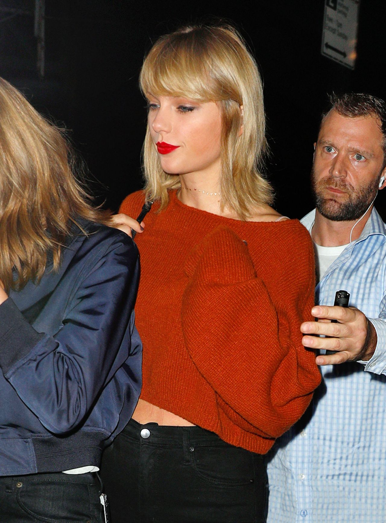 Taylor Swift In Black Skinny Jeans And A Rust Sweater