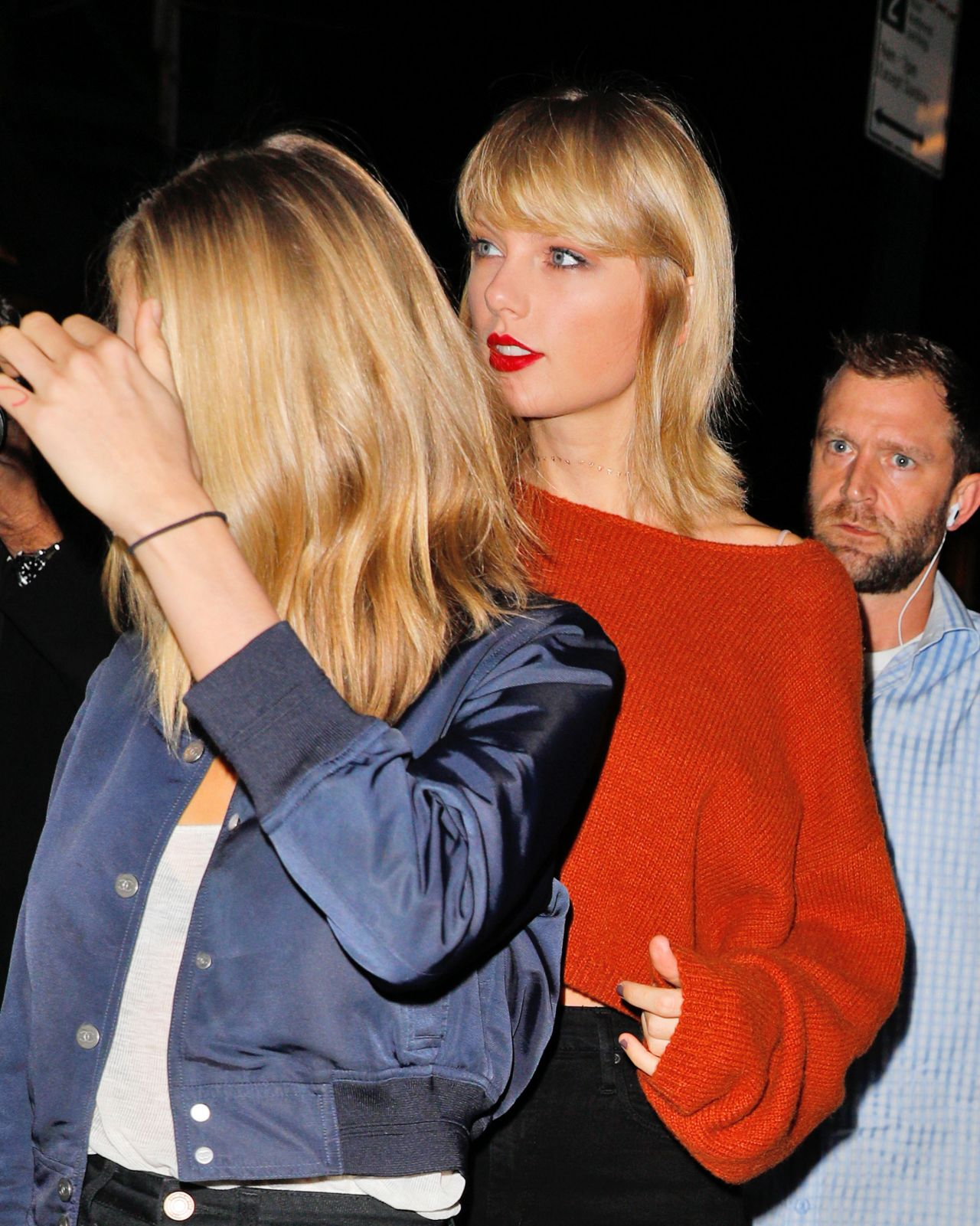 Taylor Swift In Black Skinny Jeans And A Rust Sweater -7116