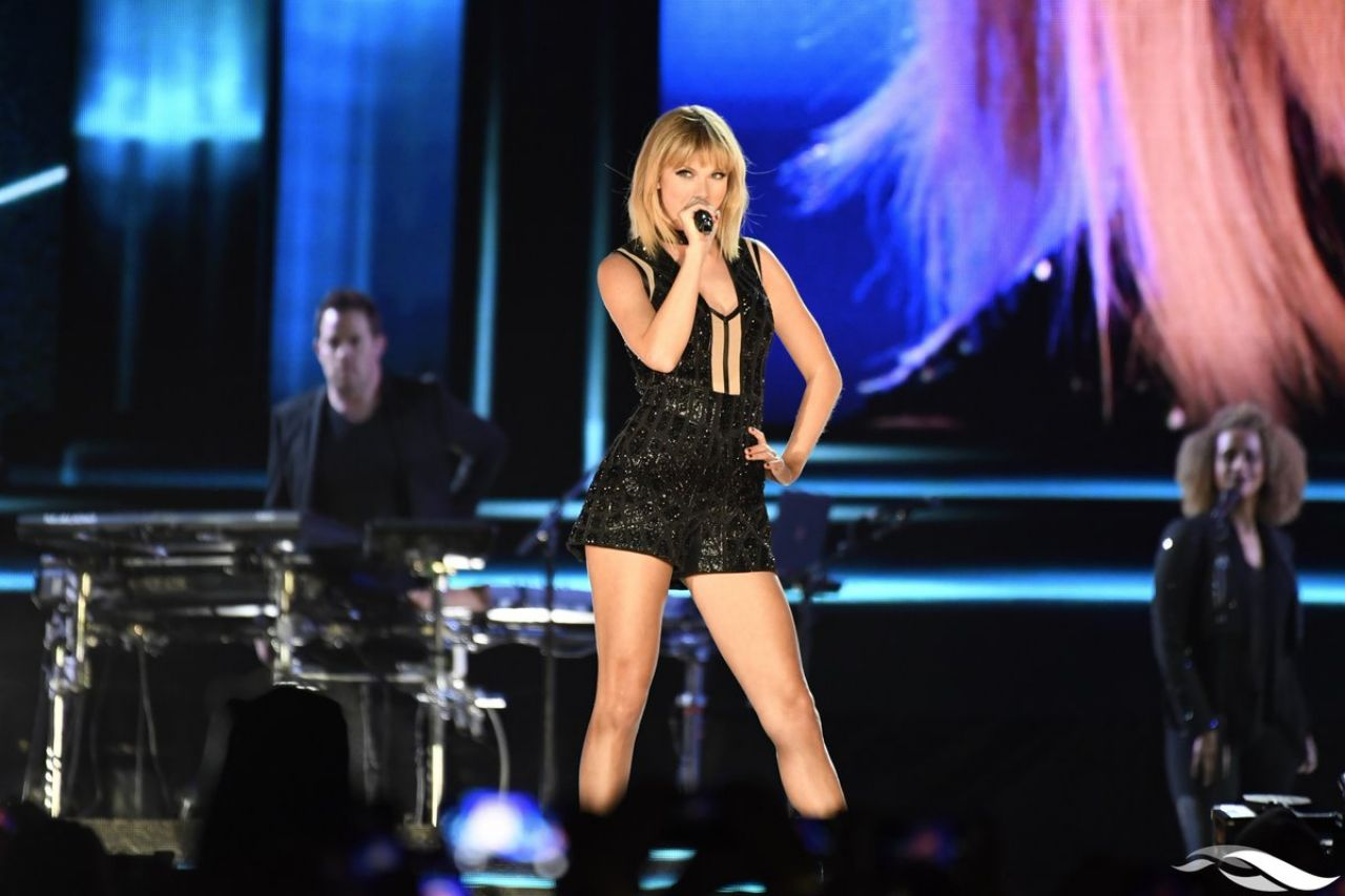celebrities trands taylor swift performs at us grand prix in austin 10 22 2016. Black Bedroom Furniture Sets. Home Design Ideas