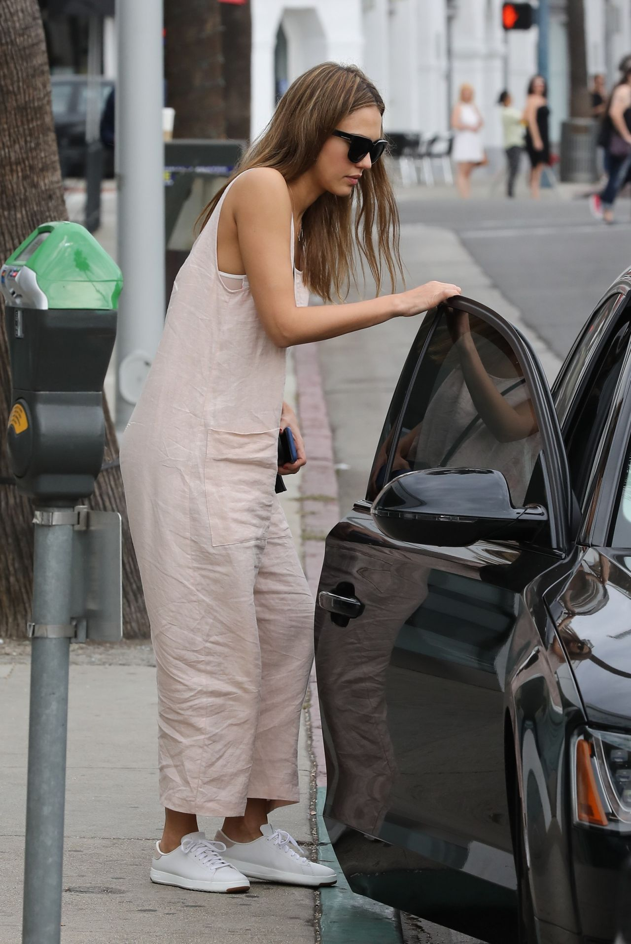 Jessica Alba Casual Style Shopping At Sugarfina In Beverly Hills 11 12 2016