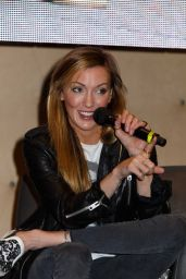 Katie Cassidy - Rhode Island Comic Con 12/11/ 2016