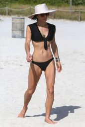 Bethenny Frankel - Walking the Beaches of Miami 12/5/ 2016