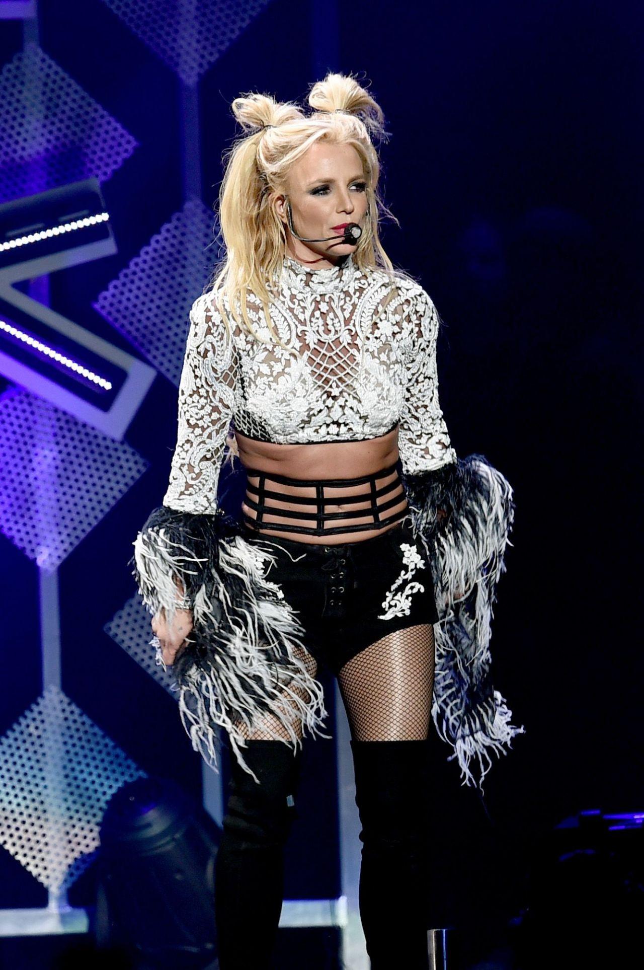 Britney Spears Perform...
