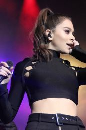 Hailee Steinfeld - Mistletoe Meltdown in Baltimore, December 2016