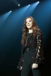 Hailee Steinfeld - Performs at the Kiss 95.1 Kissmas Concert in Charlotte, NC, 12/13/ 2016