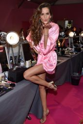 Izabel Goulart – Victoria's Secret Fashion Show 2016 Backstage