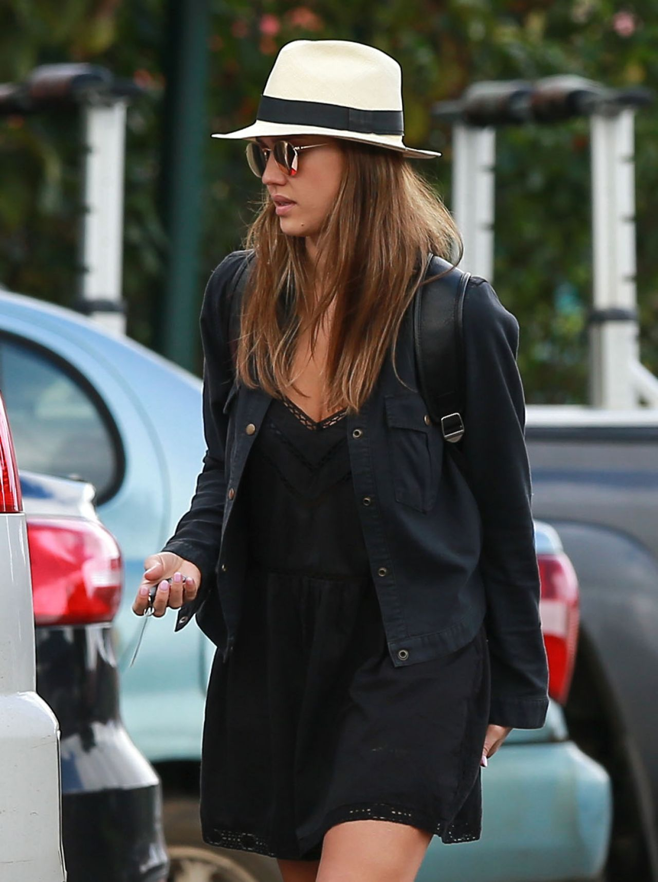 http://celebmafia.com/wp-content/uploads/2016/12/jessica-alba-street-style-grocery-shopping-in-hawaii-12-28-2016-13.jpg
