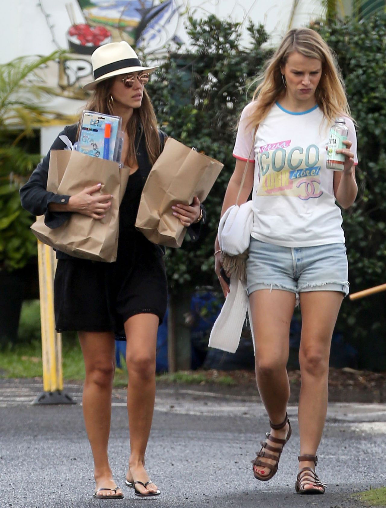 http://celebmafia.com/wp-content/uploads/2016/12/jessica-alba-street-style-grocery-shopping-in-hawaii-12-28-2016-2.jpg