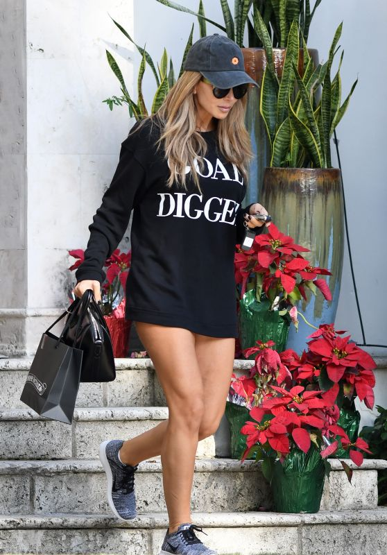 "Larsa Pippen Wears a ""Goal Digger"" Slogan Shirt - Shopping in Miami Beach 12/20/ 2016"