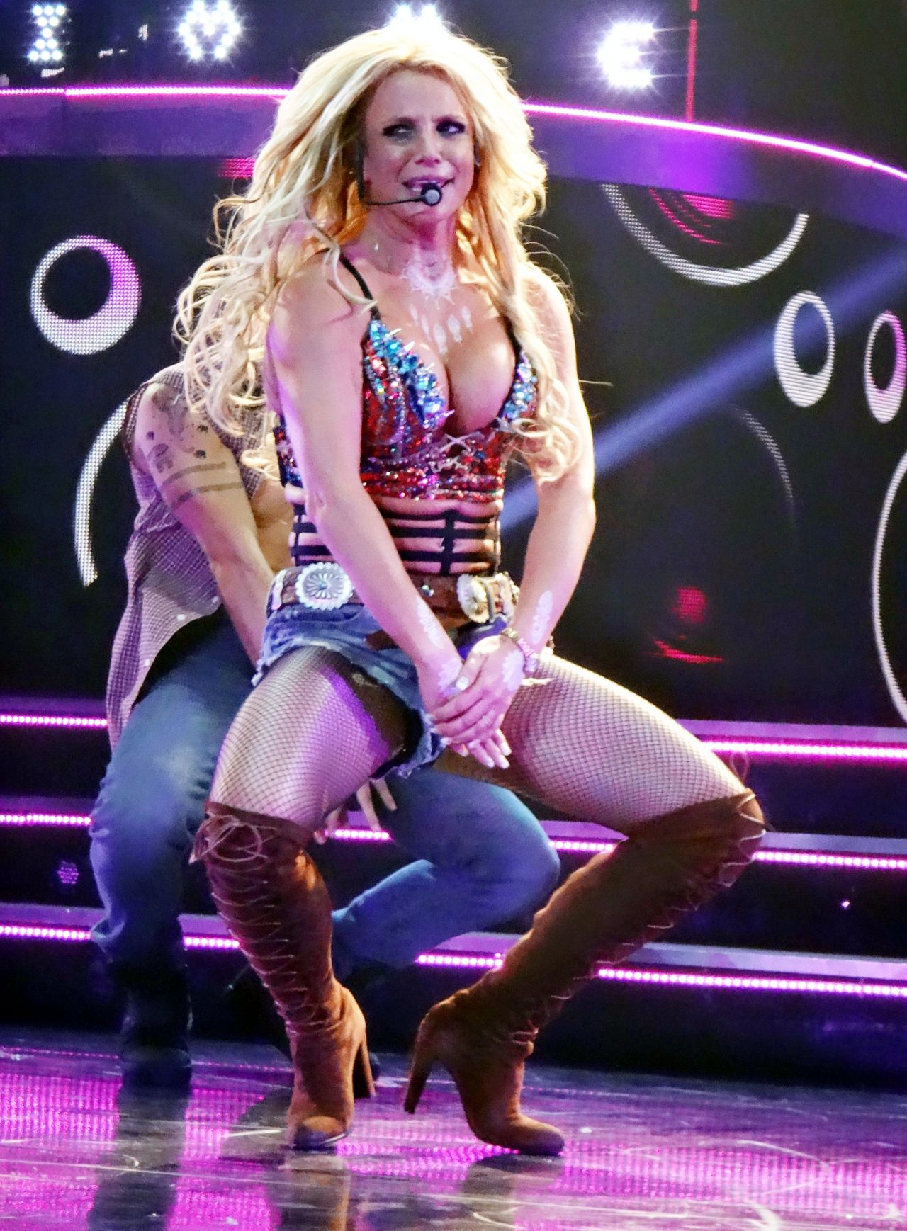 britney-spears-performing-at-her-piece-o
