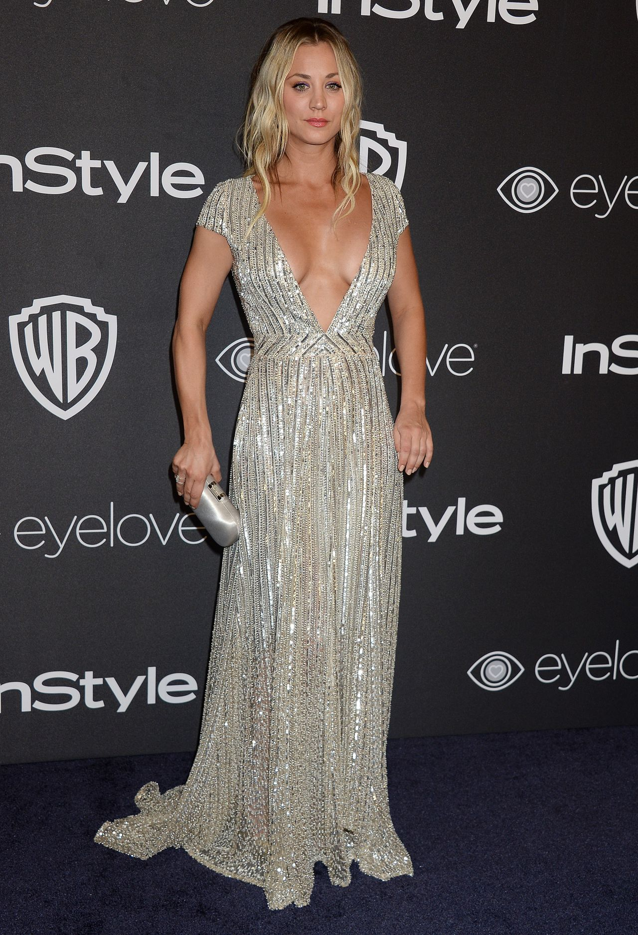 Kaley Cuoco Stunning at Golden Globes 2017, Amazing Cleavage