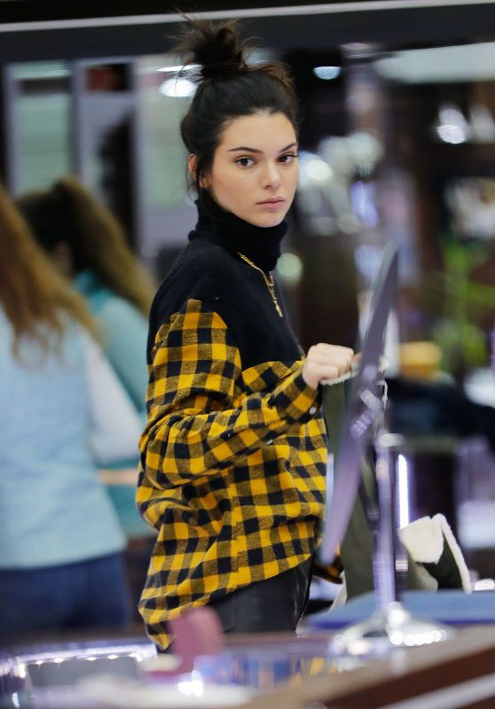 Kendall Jenner - Shopping in Manhattan 01/17/ 2017