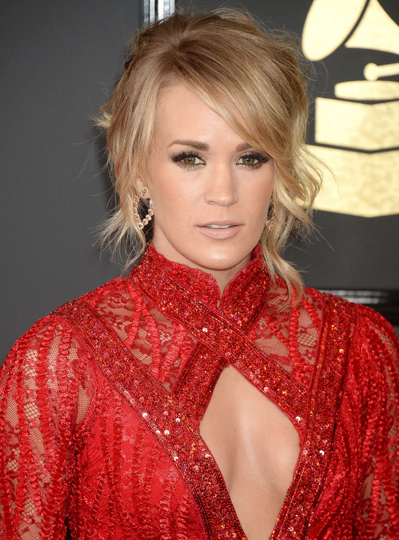 carrie underwood on red carpet � grammy awards in los