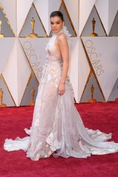 Hailee Steinfeld – Oscars 2017 Red Carpet in Hollywood