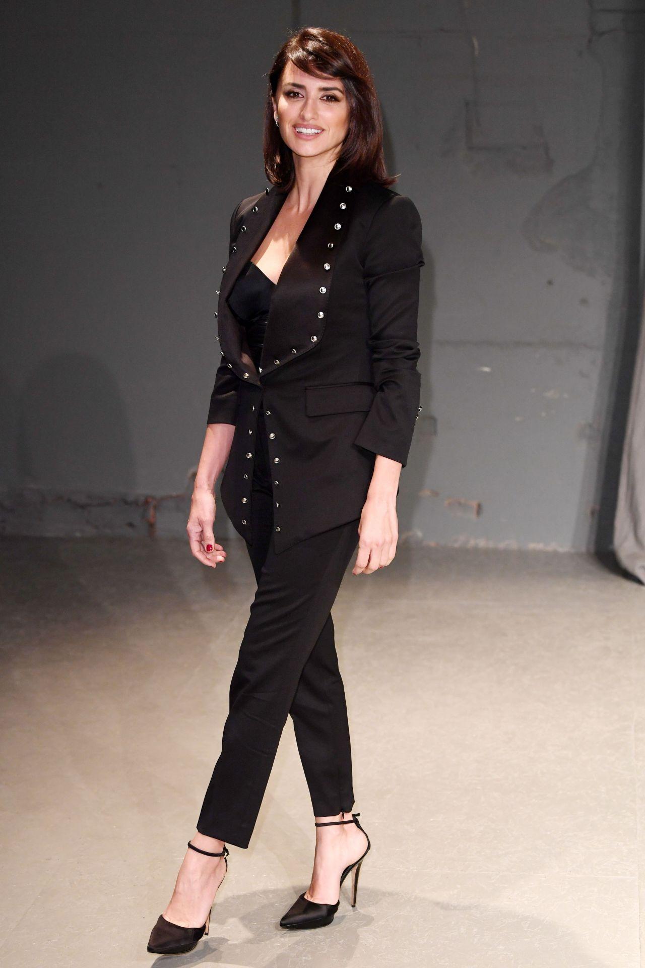 Penelope cruz burberry fashion show arrivals london 2 - Burberry fashion show ...
