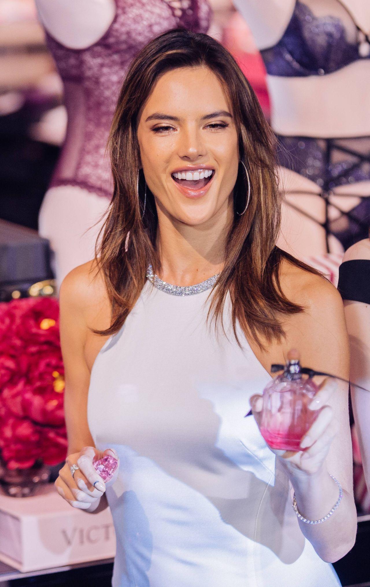 Alessandra Ambrosio - Victoria's Secret Store Grand ... алессандра амбросио