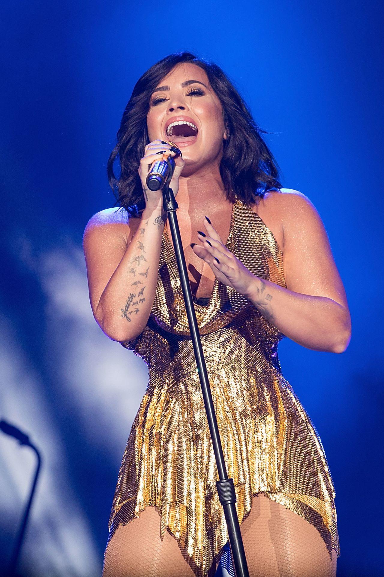 Demi Lovato - Performi...