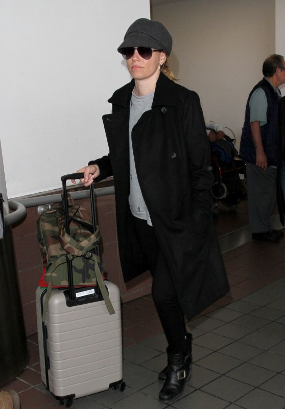 Elizabeth Banks Wheels Her Baggage Through LAX in Los Angeles 3/10/ 2017