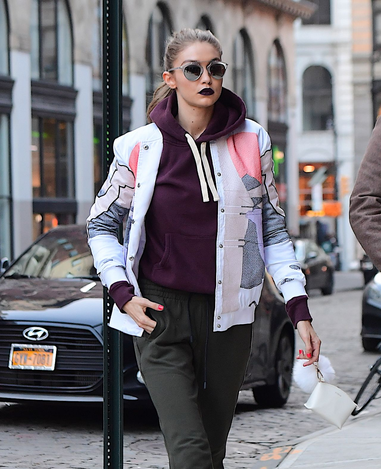 Gigi hadid arriving home in nyc 3 29 2017 for Style at home august 2017