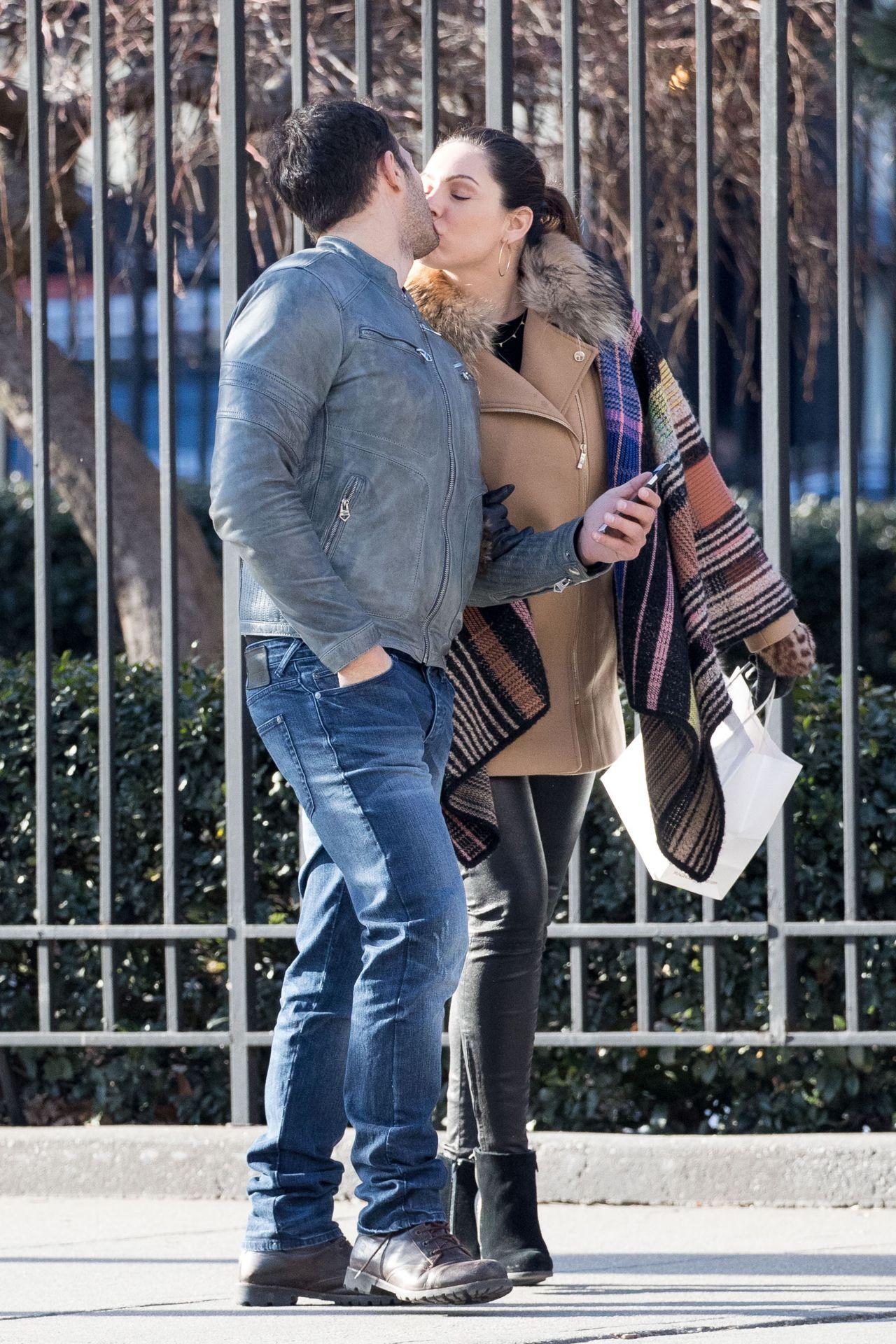 Kelly brook kisses boyfriend jeremy parisi nyc